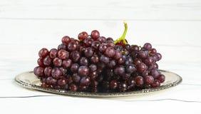 бокал вина и виноградины, изолированные на белизне Стоковые Фотографии RF