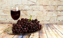 бокал вина и виноградины, изолированные на белизне Стоковая Фотография