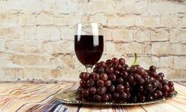 бокал вина и виноградины, изолированные на белизне Стоковые Фото