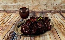 бокал вина и виноградины, изолированные на белизне Стоковое фото RF