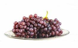 бокал вина и виноградины, изолированные на белизне Стоковые Изображения