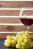 Бокал вина и виноградины натюрморта Стоковые Фото