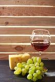 Бокал вина и виноградины натюрморта Стоковая Фотография