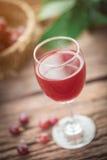 Бокал вина или сок и плодоовощ виноградины на деревянном столе Стоковое Изображение