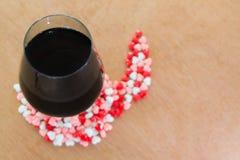 Бокал вина и сердца Стоковые Фотографии RF