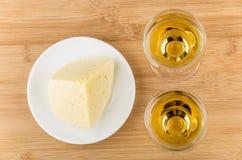 2 бокал вина и сыра в блюде на таблице Стоковая Фотография