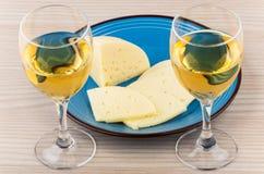 2 бокал вина и сыра в голубой плите Стоковое Фото