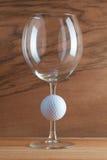 Бокал вина и шар для игры в гольф Стоковая Фотография