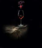 Бокал вина и ягода улавливатель виноградины Стоковые Фото