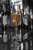 Бокал вина, коньяк, рябиновка или whiscy на таблице зеркала бутылки в баре на предпосылке Стоковые Изображения RF