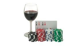 Бокал вина, покер, королевский приток и играя в азартные игры обломоки стоковое изображение