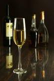 2 бокал вина, рябиновка или коньяка на деревянном столе зеркала Стоковая Фотография RF