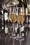 2 бокал вина, рябиновка или коньяка на деревянном столе зеркала Стоковые Фотографии RF