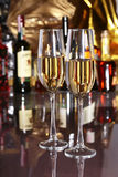 2 бокал вина, рябиновка или коньяка на деревянном столе зеркала Стоковые Изображения