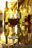 Бокал вина, рябиновка или коньяк на деревянном столе зеркала Стоковые Изображения