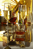 Бокал вина, рябиновка или коньяк на деревянном столе зеркала Стоковая Фотография
