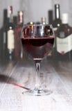 Бокал вина, рябиновка или коньяк на деревянном столе зеркала Стоковое Изображение RF