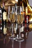 Бокал вина, рябиновка или коньяк на деревянном столе зеркала Стоковые Фото
