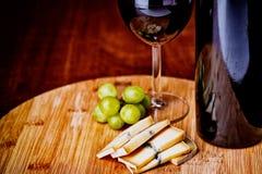 Бокал вина, сыр и виноградины Стоковое Изображение RF