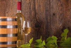 Бокал вина с белыми бутылкой и бочонком Стоковые Фото