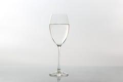 Бокал воды на светлой предпосылке Стоковая Фотография