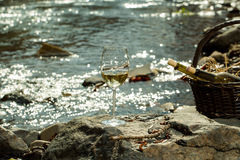 Бокал и бутылки в корзине Стоковое фото RF