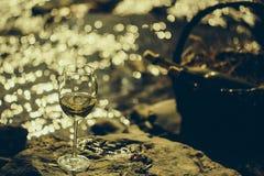 Бокал и бутылки в корзине Стоковые Фотографии RF