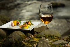 Бокал и еда около воды Стоковая Фотография RF