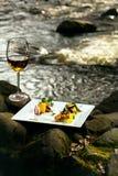 Бокал и еда около воды Стоковое Фото
