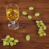 Бокал и зеленые виноградины на древесине Стоковая Фотография RF