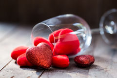 Бокал с красными сердцами на день валентинки Стоковое Фото
