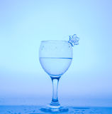 Бокал с снежинкой воды и льда на голубой предпосылке Стоковое Изображение RF