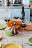Бокалы, бутылка вина и пустые плиты на таблице Стоковое Изображение RF