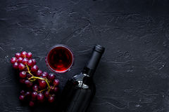 Бокалы и бутылка на черном каменном copyspace взгляд сверху предпосылки таблицы Стоковая Фотография RF