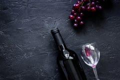 Бокалы и бутылка на черном каменном copyspace взгляд сверху предпосылки таблицы Стоковая Фотография