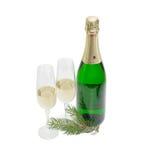 2 бокалы и бутылки с игристым вином, хворостиной ели Стоковая Фотография RF