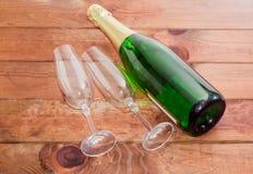 2 бокалы и бутылки с игристым вином Стоковая Фотография RF