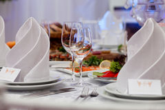 Бокалы, салфетки и салат на таблице Стоковые Изображения