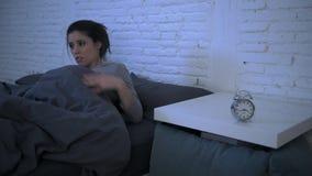 Боковая съемка укладки в форме молодой привлекательной испанской осадки женщины в лежать стресса и инсомнии тревоженый на кровати видеоматериал