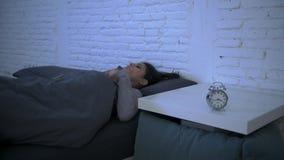 Боковая съемка укладки в форме молодой привлекательной испанской осадки женщины в лежать стресса и инсомнии тревоженый на кровати акции видеоматериалы