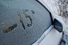 Боковое окно автомобиля в диаграмме изморози на стекле стоковые фото