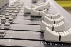 Боковой взгляд тональнозвуковых смешивая слайдеров доски Стоковая Фотография RF