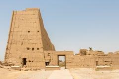 Боковой вход к египетскому виску в Karnak, Луксоре стоковые изображения