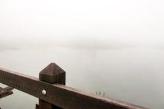 Боковой мост деревянный и туман Стоковые Фотографии RF