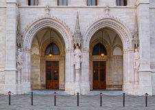 Боковые двери здания парламента в Будапеште, Венгрии Стоковое фото RF
