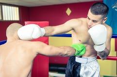 2 боксера тренируя и делая sparring Стоковые Изображения