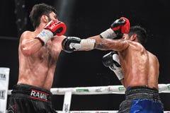 Боксеры Ramil Gadzhyiev и Bruno Sandoval воюют для названия совету бокса мира международного серебряного супер среднего веса стоковые фото