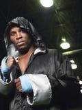 Боксер в робе с клобуком вверх обхватывая кулаки Стоковая Фотография RF