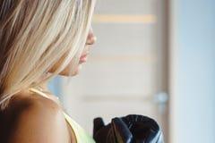 Боксер девушки стоя около груши стоковое изображение