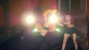 Боксер девушки тренирует с тренером 4K акции видеоматериалы